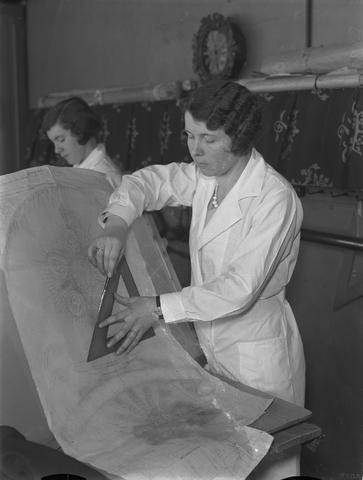 652136-bew - Dames zijn aan het werk in het naaiatelier.  vervaardiging van kerkelijke kleding. Vermoedelijk het atelier voor kerkelijke kunst van J.A. Verbunt.