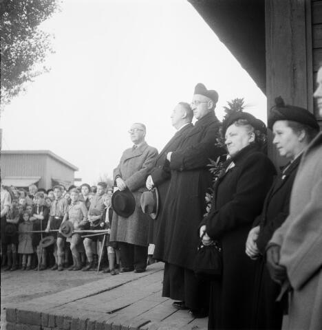 050340 - Bedevaartgangers naar Peerke Donders luisteren naar de preek van pater De Witte, redemptorist. Links van de redemptorist op de foto staat de Tilburgse burgemeester: E.H.J. baron Van Voorst tot Voorst.