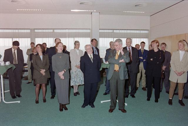 1237_001_046-1_013 - Zorg. Pensioen. Receptie na afloop van een vergadering van Stichting Pensioenfonds van Fysiotherapeuten in maart 1998.