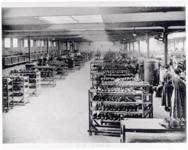 038422 - Nijverheid. Schoen- en lederindustrie. Interieur van N.V. J. van Arendonk's schoen- en lederfabrieken afdeling A afwerking