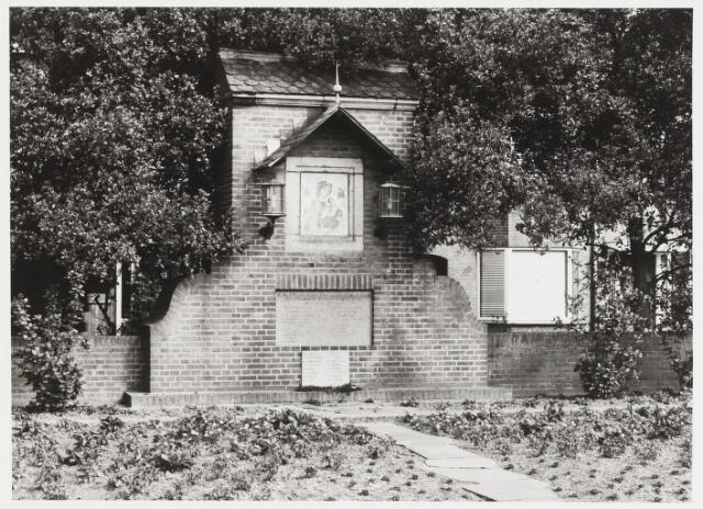 """067980 - Monument Onze Lieve Vrouw van Altijddurende Bijstand uit 1945. Opgericht op initatief van het comité """"Straatkapel blok 611""""; onthuld en ingezegend (door Pastoor L. Kersemakers) op 27 oktober 1945, de eerste verjaardag van de bevrijding van Tilburg. Na de onthulling overgedragen aan het kerkbestuur van de Parochie Broekhoven-Fatima (Broekhoven II). De vrijwillige luchtbeschermingsdienst van blok 611 deed, tijdens de hevige strijd om Tilburg, de belofte om voor Maria een kapel te stichten als men de strijd zouden overleven. Het monument is tevens opgericht ter herdenking van de wijkbewoners die omkwamen.In de dagen voor de bevrijding werd Tilburg, met name de wijk Broekhoven, getroffen door hevig granaatvuur van de geallieerden. In de periode 18 oktober- 27 oktober kostte dit 54 mensenlevens.- Het ontwerp is van het Tilburgse architectenbureau Jos Donders; de schildering is van Frans Mandos (Tilburg 1910 - Nijmegen 1977). Zijn schildering is een kopie naar de beroemde  icoon van O.L. V. van Altijddurende Bijstand in de kerk van San Alphonso te Rome. Lokatie: het punt waar Groenstraat en Kruisvaardersstraatuitkomen op de Ringbaan-Zuid.  religieuze kunst, openbare ruimte"""
