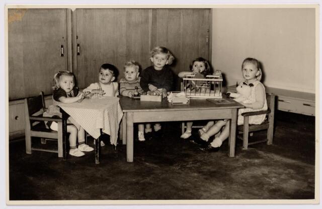 046660 - Kinderen in huis de Bocht aan de Tilburgseweg.