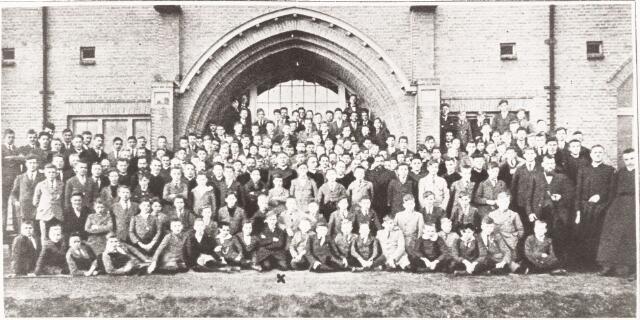 052123 - Onderwijs. St. Josephstudiehuis van de St. Josephcongregatie van Mill Hil. Het 121/2 jarig bestaan van het St. Josephstudiehuis te Tilburg. Groepsfoto van de professoren en studenten met in het midden de stichter ZEw. ZGel. hr. Dr. Ahaus.