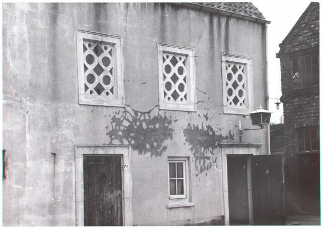 021888 - Ingang van de tijdelijke Mariakapel aan de Zomerstraat, thans Heuvelstraat, eind 1963. Na de bouw van de kapel O.L.V. ter Nood aan de Kapelhof in 1964 werd deze voormalige synagoge, gelegen tegenover de Nederlands Hervormde kerk,  gesloopt.