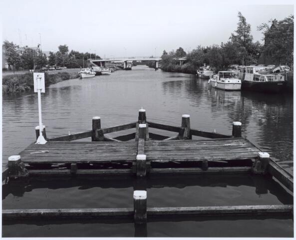 020632 - Plezierboten in de haven aan de Havendijk. De brug verbindt de Prinsenhoeve (links) met de Hoevenseweg