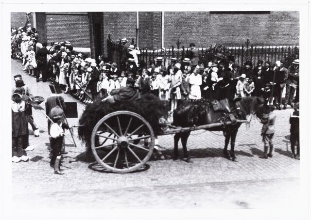 008587 - Folkloreschouw op 21 juli 1929 op de Oude Markt op de hoek van de Heikese kerk, gefotografeerd door Henri Berssenbrugge (1873-1959).Onderdeel van reportage, zie nrs. 8583 t/m 8598.
