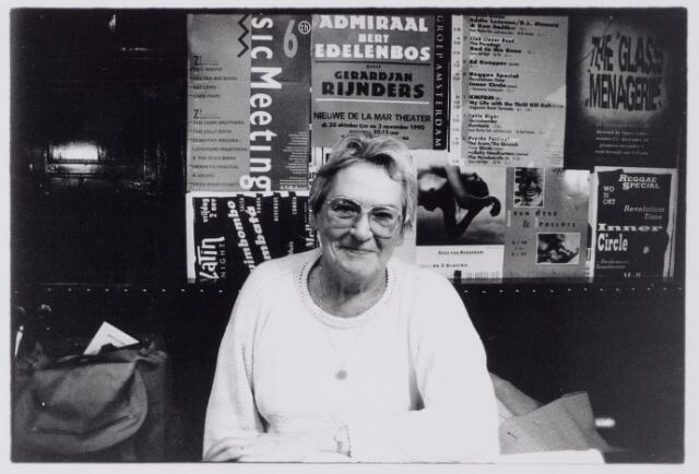 043863 - Suus von der Fuhr-in 't Veld, gefotografeerd in café Frascati in Amsterdam. Suus was woonachtig aan de Abcovenseweg in Goirle en was in de jaren 1996-2001 voorzitster van de bijzondere raad van de St. Vincentiusvereniging.