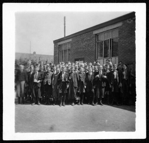055076 - Tweede wereldoorlog. Studenten van de missionarissen van het H. Hart (Bredaseweg Tilburg) tijdelijk ondergebracht in Hilvarenbeek, gefotografeerd voor hun slaapzaal (schoenfabriek Jacobs aan de Paardenstraat).