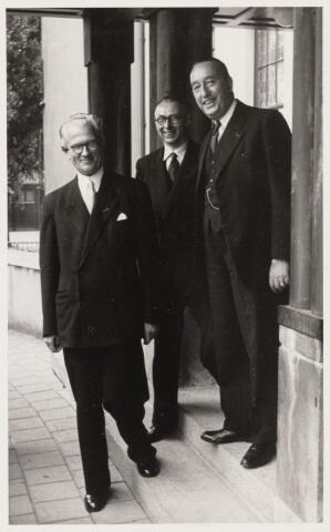 101831 - Bezoek minister van Wederopbouw en Volkshuisvesting dr. J. In 't Veld (1895-1981) inzake bouwplan Oerle; v.l.n.r. In t Veld,  dr ir v.d. Meer en burgemeester baron Van Voorst tot Voorst.