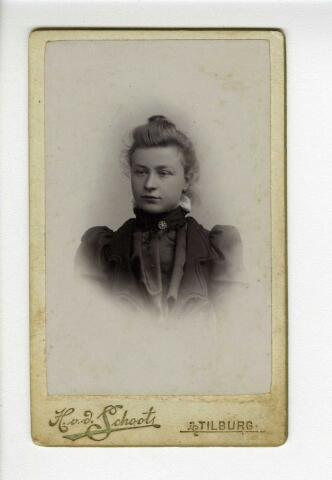604153 - Maria Elisabeth (Lies) de Jong, geboren op 23 juni 1878  te Tilburg als dochter van Peter de Jong en Maria Elisabeth Graafmans. Zij huwde op 22 augustus 1905 te Tilburg met boekhouder Joannes Godefridus Ludovicus (Jan) Brands. Lies overleed op 6 juni 1962 te Tilburg