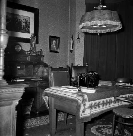 050659 - Pastoor W.J.J. de Klijn (1881-1958) overleden te Tilburg begraven te Raamsdonksveer.  Interieur pastorie.