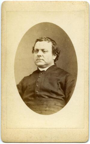 604773 - Martinus van der Hagen, geboren te Sint Oedenrode op 17 juli 1826 en overleden te Tilburg op 30 november 1875. In 1850 werd Martinus in Haaren tot priester gewijd en vertrok in datzelfde jaar naar Tilburg om als kapelaan de parochie Goirke te versterken. In 1870 werd hij pastoor te Waalwijk, om daaropvolgend in 1873 tot pastoor de Sint Joseph-kerk te Tilburg  te worden benoemd.