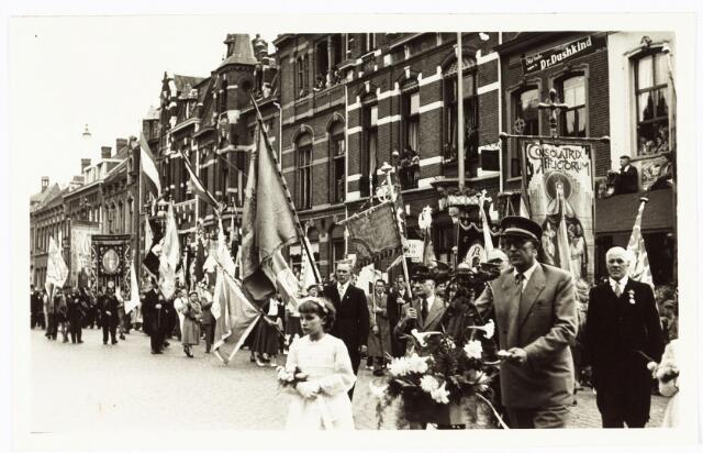 009266 - H. Hartstoet. Verenigingsvlaggen en Vaandels. De man met de versierde fiets vertegenwoordigt de fietsbedevaart Tilburg - Kevelaer, op zijn fiets het versierde mariabeeld.