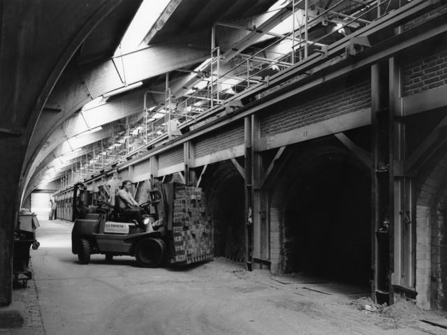 1238_F0052 - Man aan het werk op een Toyota-machine in een baksteenfabriek.
