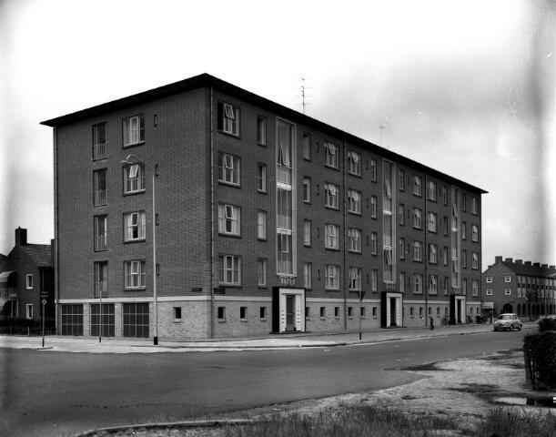 650622 - Schmidlin. Flatgebouw aan het Burgemeester van de Mortelplein, omstreeks 1955.