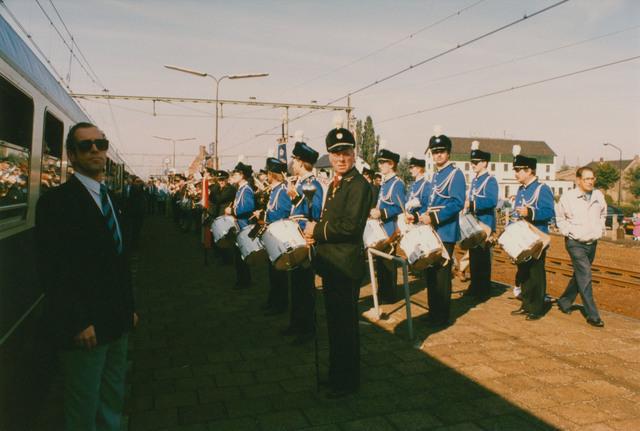 651292 - Tilburg, 125 jaar stad aan het spoor. Manifestatie. De trein arriveert op de tussenstop Gilze-Rijen en de passagiers worden (net als 125 jaar geleden) verwelkomd door de harmonie. Nu is dat  Harmonie St. Cecilia.