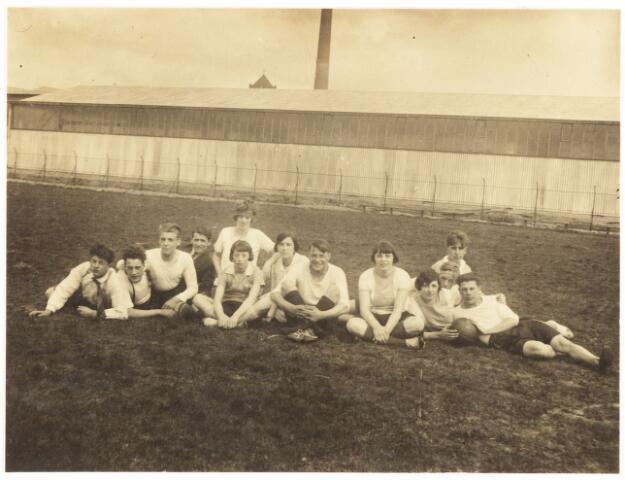 052828 - Volt. Sportvereniging afd.korfbal. Ca 1935/1940 op het terrein aan de Groenstraat nabij de Radiostraat Uiterst rechts op de foto Chr. Boeren. In 1961 werd op deze plek het nieuwe hoofdkantoor AH van Volt in gebruik genomen.