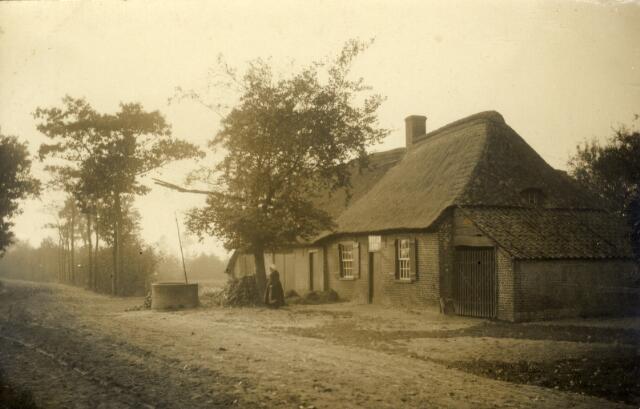 650571 - Schmidlin. Een schilderachtig huisje in de omgeving van Tilburg, omstreeks 1920.