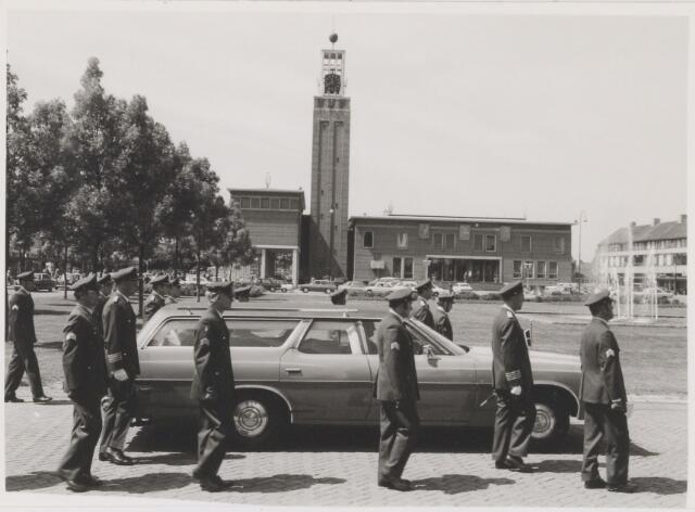 081498 - begrafenis stoet van militair van luchtmacht