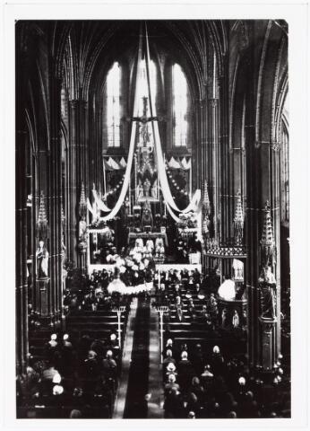 009734 - Viering zilveren priesterfeest van pastoor A. van Dijk op 1 juni 1926 in de oude paterskerk van de H. Vincentius à Paulo aan de Gasthuisstraat tijdens de  feestpreek.