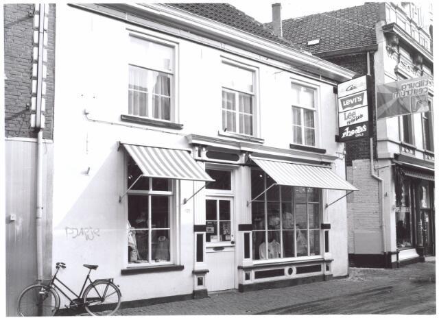 022007 - Winkels. Kindermodezaak Bambino in de Heuvelstraat.