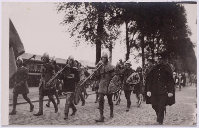 043506 - Optocht op 18 augustus 1923 t.g.v. het zilveren kroningsfeest van koningin Wilhelmina. De grote historische optocht telde honderden deelnemers en vertrok vanaf de Kromhoutkazerne aan de Bredaseweg waar eerste luitenant Momma de leiding had. De stof voor de kleding werd geleverd door de firma ]anssen & Bierens (de Regenboog). De foto van de groep ridders werd genomen in de Spoorlaan.