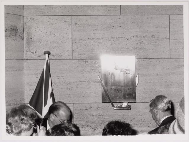 043242 - Onthulling gedenkplaquette ter gedachtenis aan Coba Pulskens door de Royal Airforce bomber command bij St. Michaell church England, voorstellende aangeschoten bommenwerper. B.g.v. Tilburg 40 jaar bevrijd.