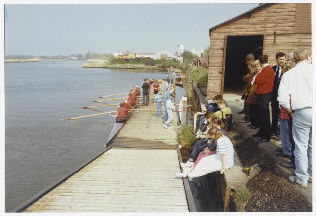 91561 - Album 6. Terheijden, open dag Waterrecreatie.  Demonstratie van de 5 persoons - skiff langs de Mark bij de roeivereniging. Op de heiige achtergrond het zicht op het dorp