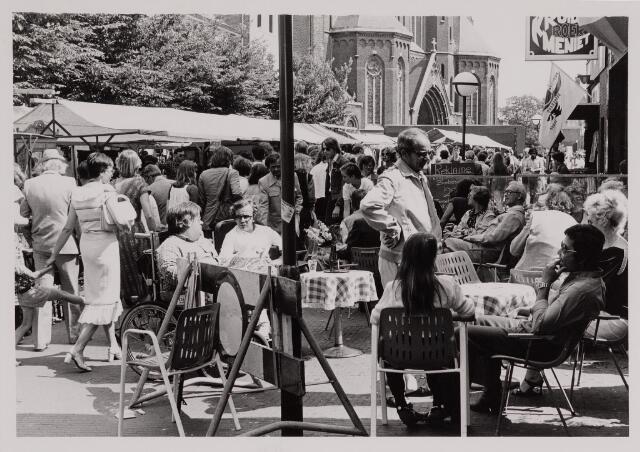 040660 - Terras, kraampjes, bezoekers. Kruikenmarkt op 7 juni 1980.