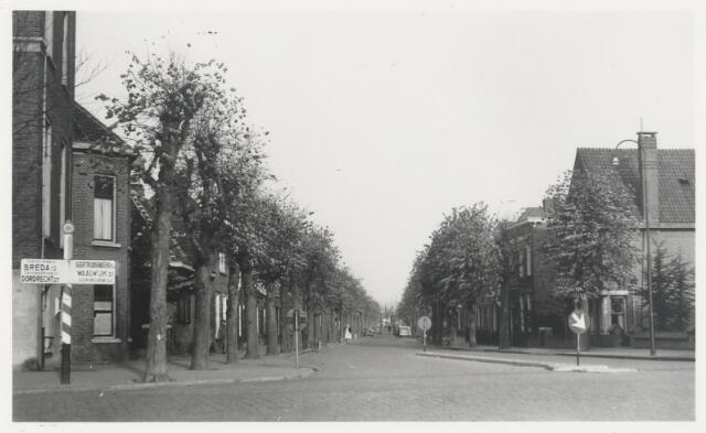 90683 - Made en Drimmelen. De Marktstraat na de aanleg van de verkeersgeleiders in 1951.