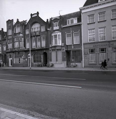 654925 - Panden aan de Heuvel. Links café-restaurant Modern, recht een gedeelteb van de Amsterdamsche Bank
