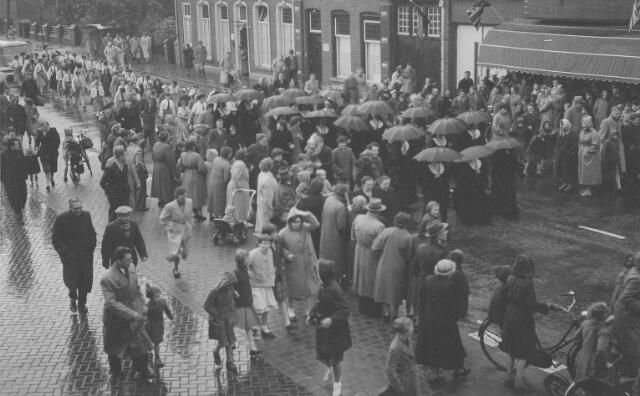 063767 - Intocht van de Goirlese zusters van het Kostbaar Bloed bij de viering van het 75 jarig bestaan van het Goirlese succursaalhuis.