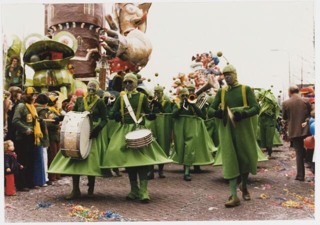 068342 - Carnaval. Een groep muzikanten in de carnavalsoptocht van 1980 op de Bredaseweg nabij de Watertoren.