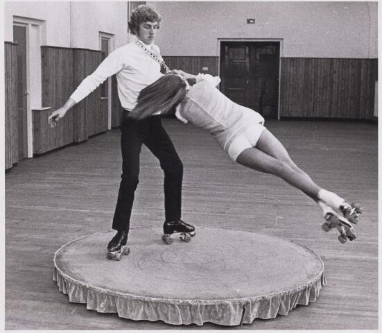 101443 - Sport. Rolschaatsen, de vrouw is Elly Vissers.