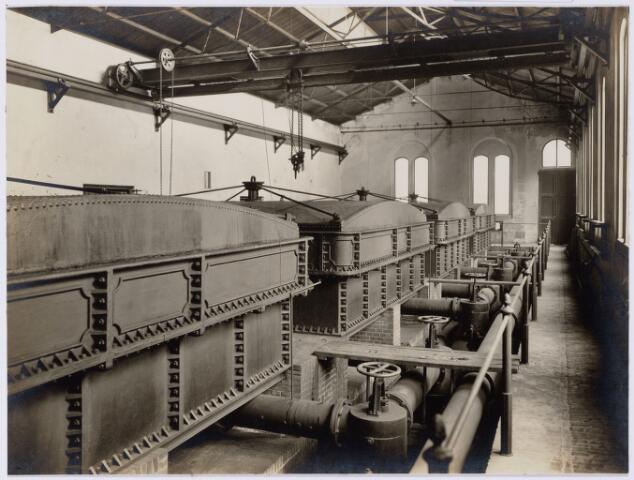 104175 - Energievoorziening. Gas- en Electriciteitsbedrijf (GEB). De bouwwerken voor de electriciteitsfabriek naast de gasfabriek zijn in volle gang en daarmee ontstaat het GEB , het gas- en electriciteitsbedrijf. Op 24 juni 1911 kan de levering van electriciteit plaatsvinden. In september 1954 wordt de electriciteitsproductie overgedragen  aan de PNEM; na 1958 is de centrale in Tilburg ontmanteld en gesloopt; Bij de komst van het aardgas verdwijnt ook het gasbedrijf. Koolgaszuiverhuis