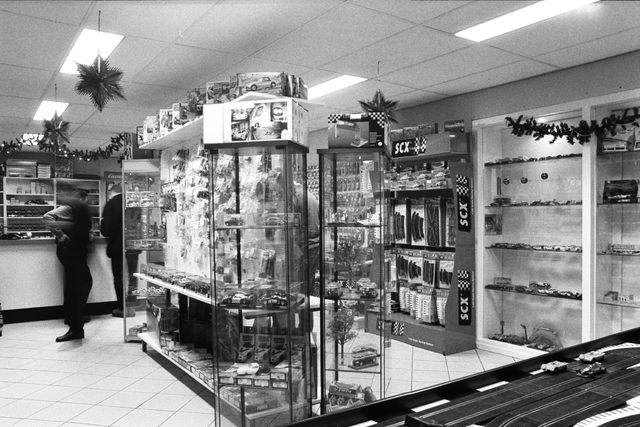 1237_002_196_025 - Middenstand. Ondernemer. Auto Brouwer in Tilburg op 23 december 2000. Het interieur van de winkel voor miniatuur racebanen en auto's.