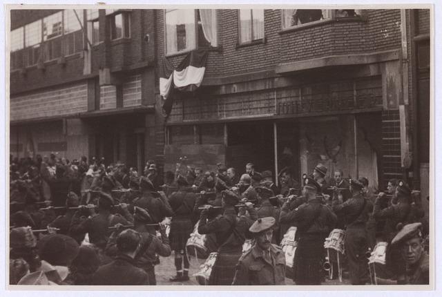 012507 - WO2 ; WOII ; Tweede Wereldoorlog. Bevrijding. Schotse drumband staat op 29 oktober 1944 in de Zomerstraat gereed om af te marcheren naar de Markt voor een officiële ontvangst door het gemeentebestuur