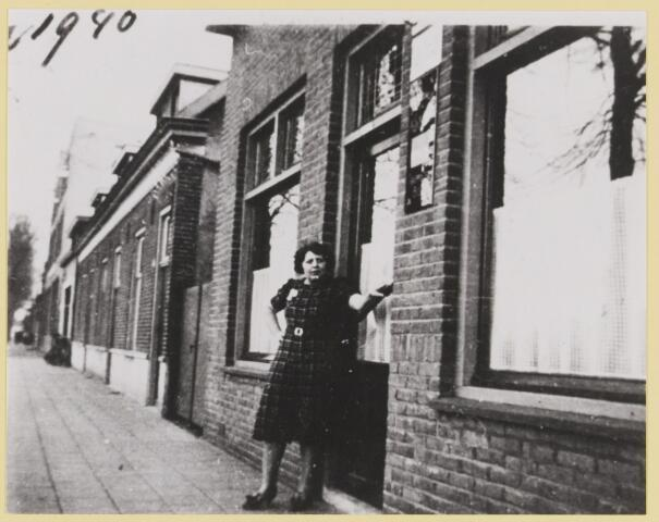 """077427 - Tweede wereldoorlog 1940-1945 """"De Oude Vos""""in 1940 met voor de deur een van de gezinsleden."""