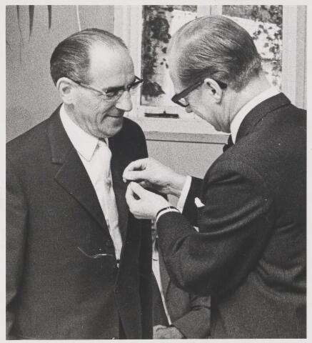 081551 - Dhr. W. Schets ontvangt de Gouden Ericssonspeld.