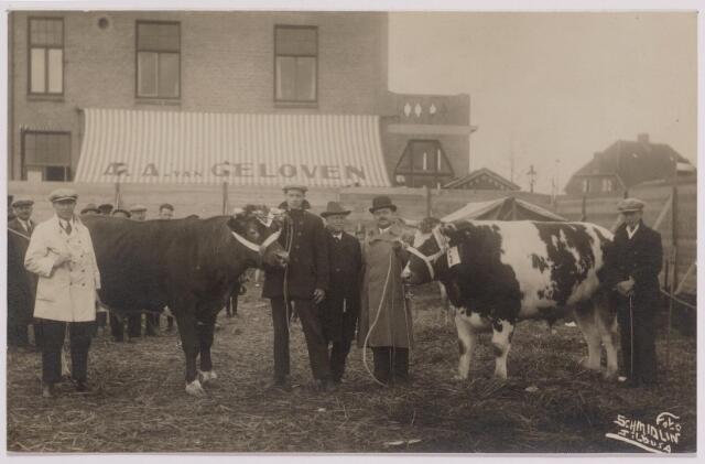 040769 - De veemarkt op het Gemeentelijk slachthuis (abattoir)   Enschotsestraat/Wilhelminakanaal. Twee trotse slagers met hun aangekochte 'Paasvee'.
