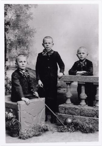 011921 - De broers Anton, Sjaak en Harrie Roothaert.