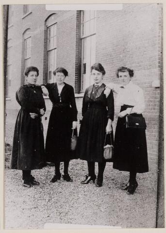 084269 - Voor retraitehuis Seppe te Bosschenhoofd staan 4 Alphense dames: v..l.n.r. Mieke Backx, Marie de Jong, Agnes Baeten en Cato van den Broek