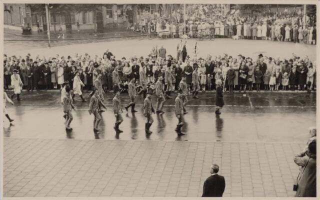 049010 - Festiviteiten te Tilburg b.g.v. het 50-jarig regeringsjubilé van Koningin Wilhelmina op 6 september 1948. Aankomst van koning Willem II bij de 'Vier Winden' aan de Bredaseweg ter hoogte van het oud Belgisch lijntje.  Verslag over deze festiviteiten met optocht staat in het Nieuwsblad van dinsdag 7 september 1948. De stoet trekt over het Willemsplein.