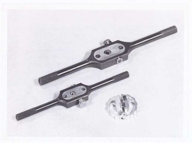 038593 - Volt. Zuid. Opleidingen. Door leerlingen van de vakliedenopleiding, naar behoefte, gemaakte z.g.n. wringijzers.  Deze werden gebruikt als hulpstuk bij het maken van schroefdraad in gaten. De grootte refereert aan de diameter van de schroefdraad. Het onderste ronde mini-wringijzer werd gebruikt voor mini-schroefdraad van b.v. 1 of 1,2 mm. diameter.