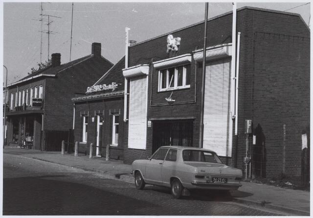 026119 - Café 't Wit Paardje aan het Lijnsheike. In de jaren '60 van de vorige eeuw was het erg populair onder de jongeren. Elke zondagavond kon men er dansen in de zaal, vaak met levende muziek. Later werd het geheel herbouwd tot een zalencentrum. Kenteken van de auto 36-25-EL.