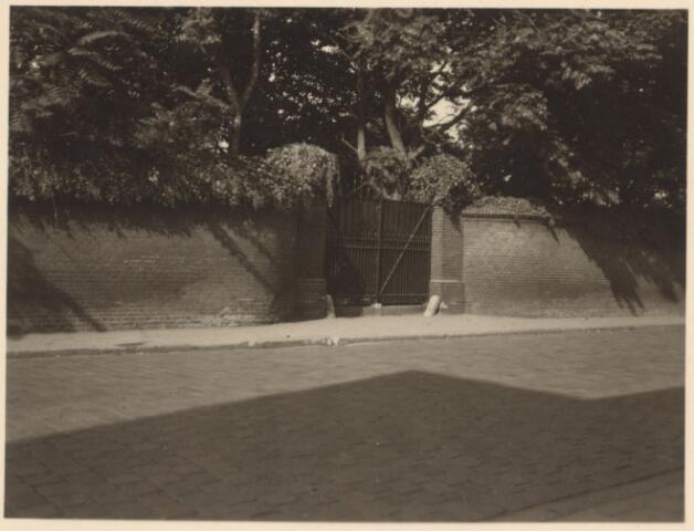 027187 - Ingang oude begraafplaats van de Hervormde Kerk, Lange Schijfstraat, naast Kerkhof Bredaseweg.