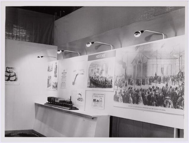 036775 - Spoorwegen: Electrificatie-tentoonstelling N.S. (15-29 april 1950) stand: Historie v.d. N.S.