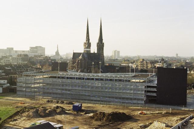 TLB023000813_001 - Overzichtsfoto bouwterrein Interpolis met op de achtergrond de Tivoli parkeergarage en de St. Jozefkerk.