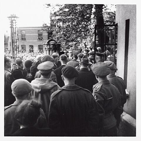 012226 - Tweede Wereldoorlog. Officieren bij het Paleis-Raadhuis tijdens de komst van prins Bernhard op 4 november 1944