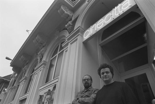 TLB023002718_003 - Filmhuis/bioscoop. Twee personen voor de ingang van Cinecitta aan Willem-II-straat in Tilburg.